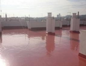 Membrana de poliuretano rojo. Impermeabilización de cubierta bajo viviendas con membrana impermeabilizante de poliuretano con acabado color