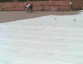 Colegio British College La Cañada. Aislamiento sobre la impermeabilizacón y capa de mortero para protección de las impermeabiliza